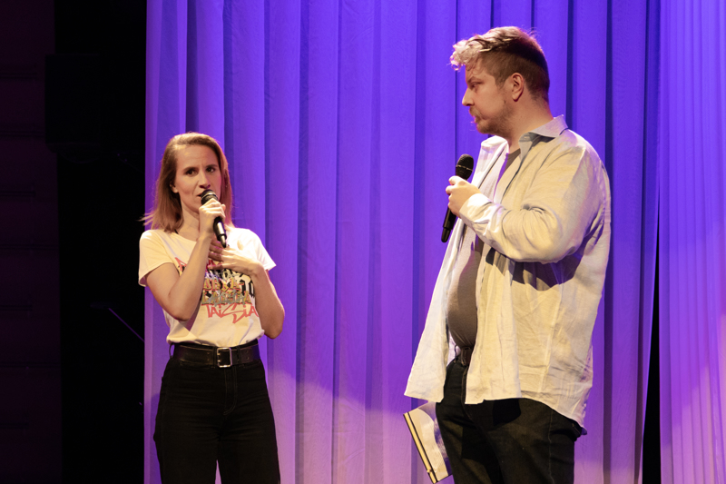 Näyttelijä Outi Kärpäsen esikoisnäytelmä Makkarakeittoa nähdään ensi-illassa syyskuun loppupuolella. Kärpästä haastattelemassa Kokkolan kaupunginteatterin yleisötyöntekijä Esko Tynkkynen.