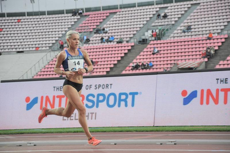Nina Chydenius juoksi 10 000 metrin ylivoimaiseksi Suomen mestariksi Ratinan stadionilla järjestetyissä Kalevan kisoissa.