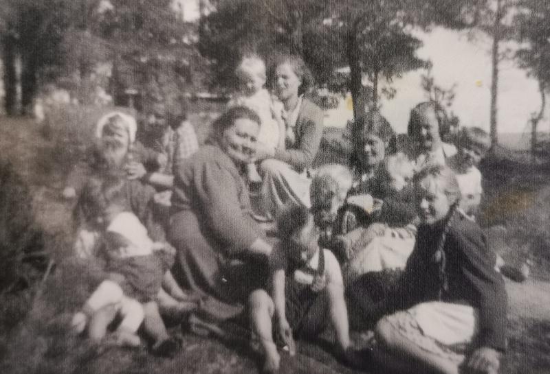 Risto Honkalan mummu läheistensä ympäröimänä.