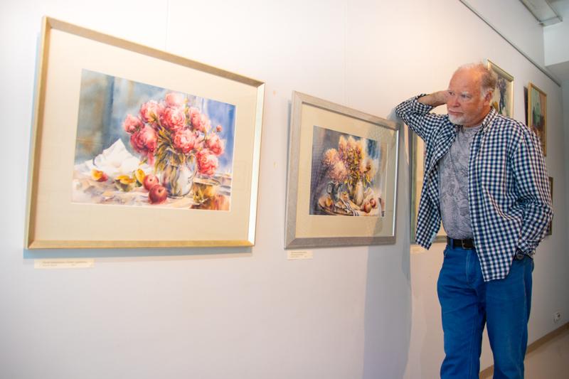 Näyttelyssä on esillä yli 50 Esa Tiaisen teosta.
