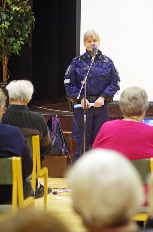 Vanhempi konstaapeli Sinikka Seppälä jakoi Nivalan Nuorisoseuralla eläkeläisille turvallisuusneuvoja viime vuoden tammikuussa.