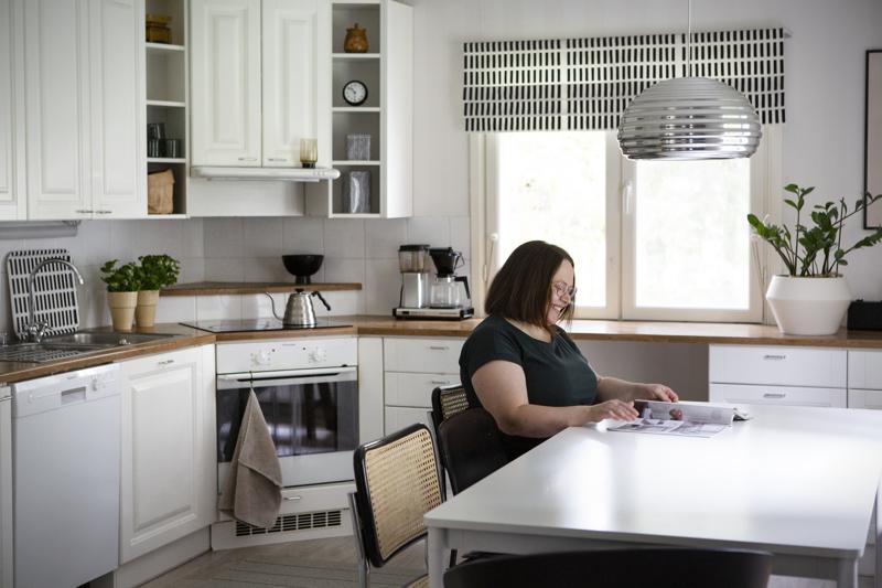 Keittiö remontoitiin jo 10 vuotta sitten, mutta Maria Vähätiitto on perusratkaisuun tyytyväinen.