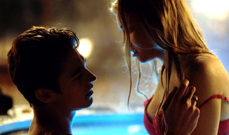Miksi naiset rakastuvat renttuihin? Tessa (Josephine Langford) ja Hardin (Hero Tiffin Fiennes) lankeavat mökin porealtaassa filmissä After We Fell.