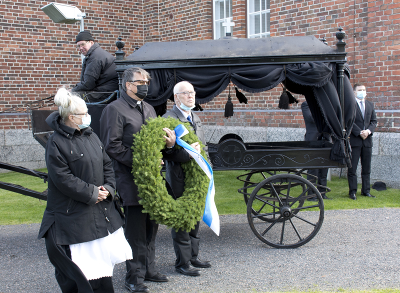 Seppele tuotiin kirkon eteen ennen sotia käyttöön otetulla ruumisvaunulla. Sankariristille seppeleen laskivat Marja-Leena Vuollet, Tuomo Jukkola ja Veli Ainali.