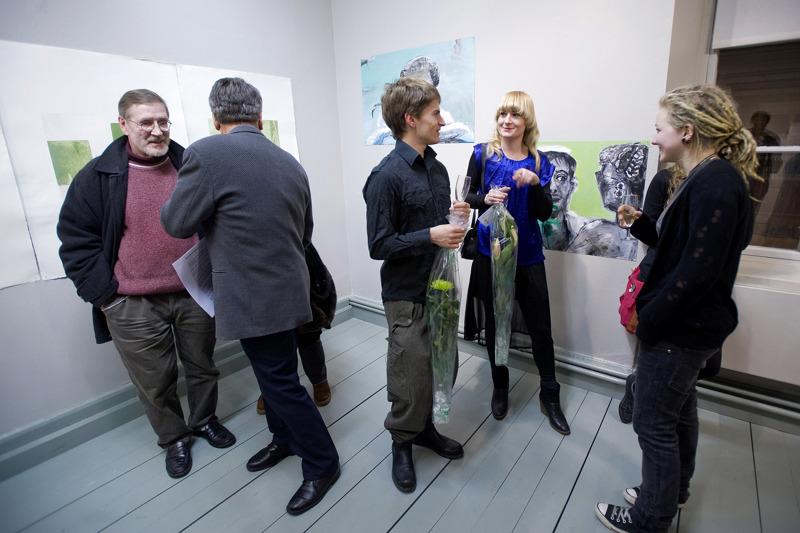 Kun Pohjoismainen taidekoulu täytti 25 vuotta, näyttelyhallilla juhlivat mm. kokkolalaiset taiteilijat Jorma Korpela ja Bo Aurén sekä tuleva taiteen tekijä Joel Slotte.