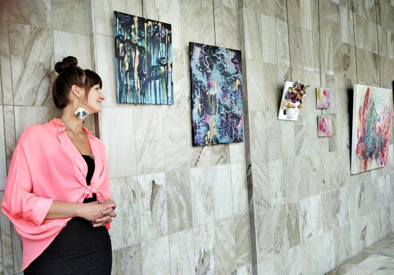 Anu Keski-Saari alkoi maalata tummia tauluja päivää ennen kuin esikoisvauva Luna todettiin menehtyneeksi kohdussa raskausviikolla 26.. - Yleensä en aloita tummilla väreillä, mutta tuolloin tein niin ja vielä jatkoin niillä kerros kerrokselta.
