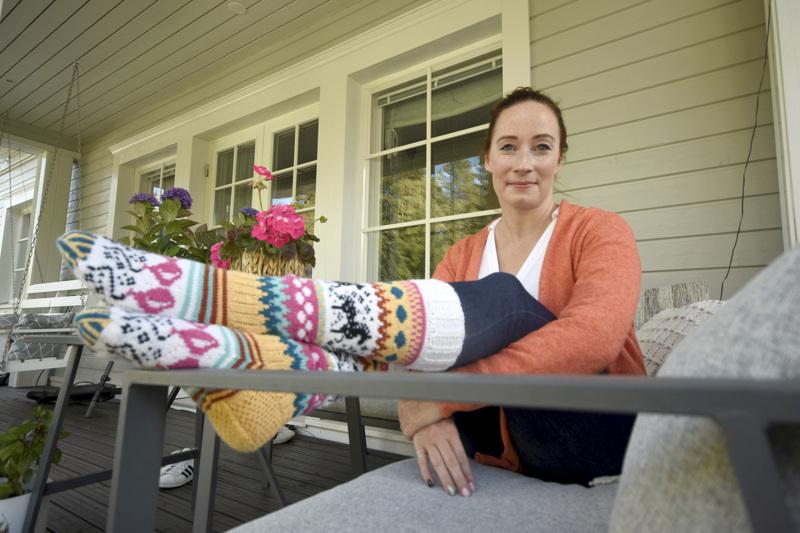 Mia Sumell on suunnitellut villasukkamalleja Novitan lisäksi esimerkiksi Kotivinkille ja Suuri Käsityö -lehdelle. Hän on myös ollut mukana tekemässä kolmea sukkakirjaa.