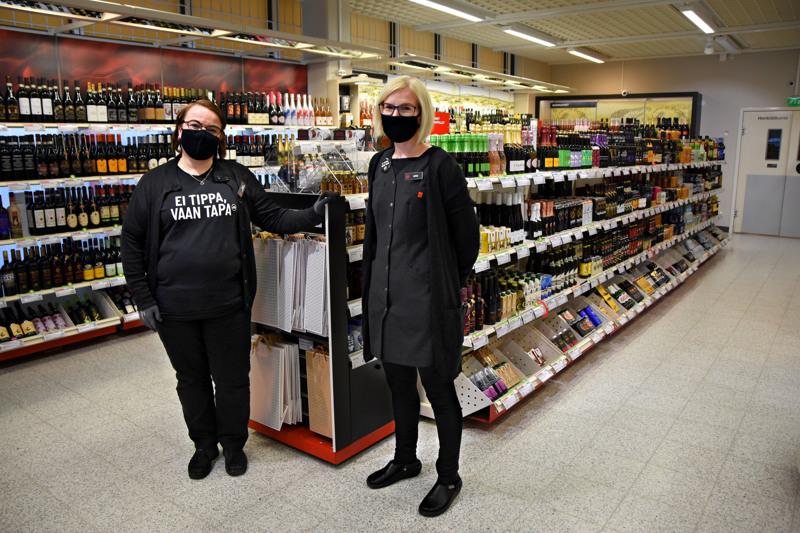 Tarja Hiukka (vasemmalla) on Alkon Haapaveden, Oulaisten ja Pulkkilan myymälöitten palvelupäällikkö. Henkilökuntaa myymälöissä on yhteensä yhdeksän. Anna Vanhatalo palvelee useimmiten Haapavedellä, mutta tarvittaessa myyjiä siirrellään yhdeksän kunnan resursointialueella myymälästä toiseen.