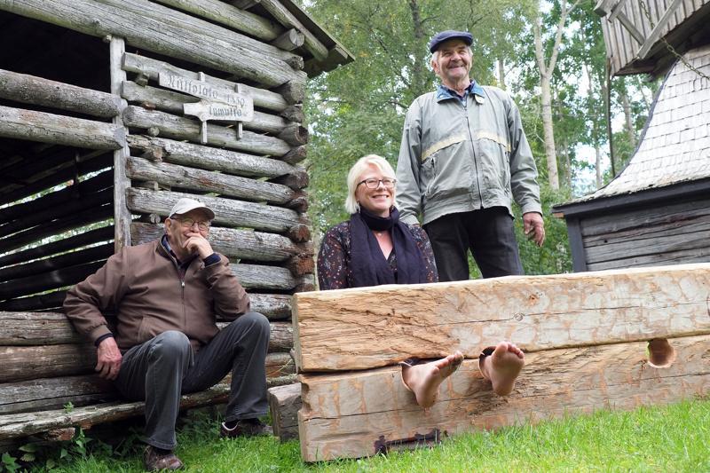 Jalkapuun rakentajat Eero Lukkarila ja Mikko Niemelä testaavat rakentamaansa jalkapuuta Saija Niemi-Erkkilän kanssa.