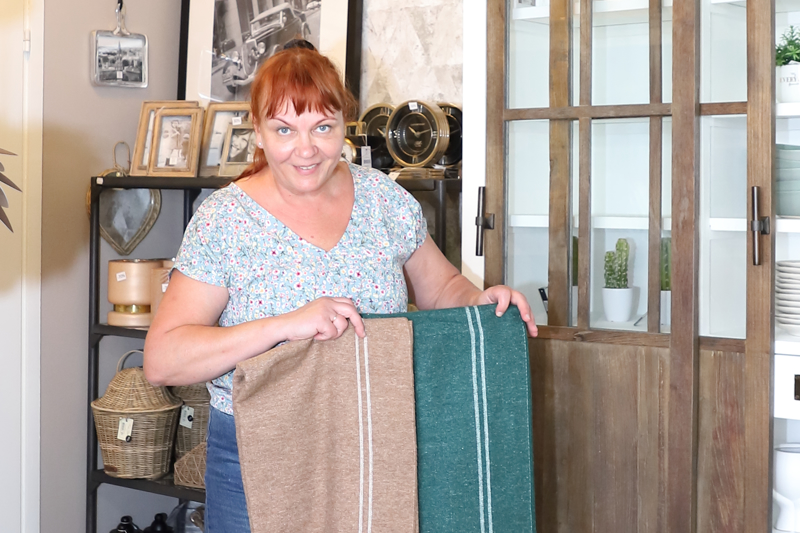 Sirkka-Liisa Kinnunen kertoo, että syksyä kohti tekstiilien värit ja materiaalit muuttuvat pehmeiksi ja lämpöisiksi. Vihreän eri sävyt ja beige näkyvät syysväreissä.