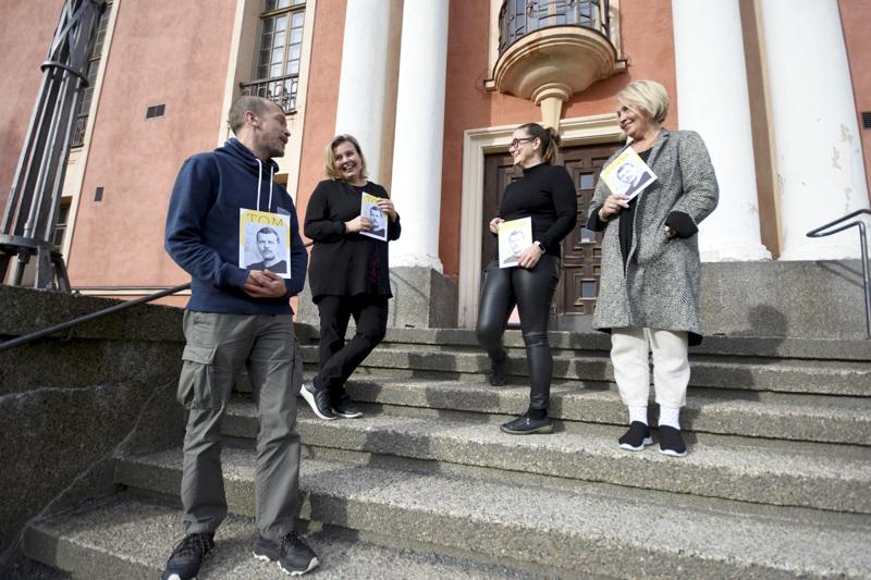 Juha Luukkonen, Marjukka Puutio, Mia Gustafsson ja Kristina Ahmas ovat ylpeitä uudesta julkaisusta.