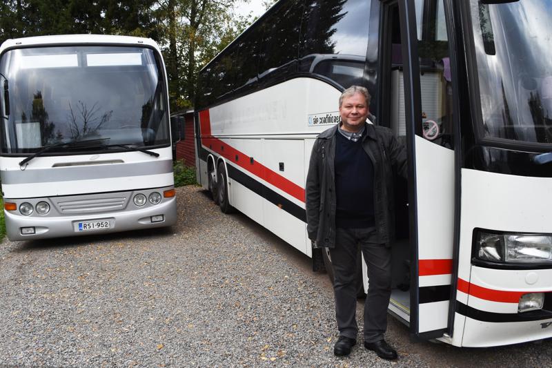 Ari Hannila ei saa linja-autolla ajamisesta tarpeekseen työssä. Omaan pihaan on hankittu kaksi hupiautoa vapaa-ajan käyttöön.