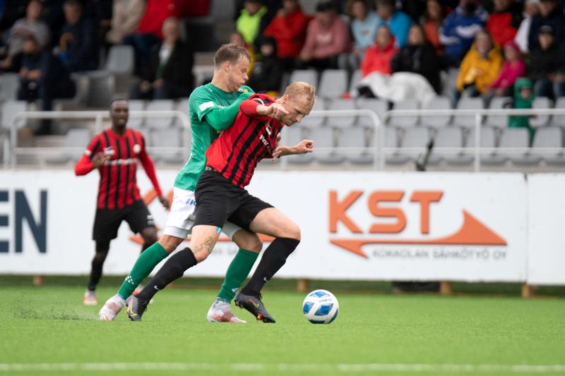 Kuva jalkapallon ykkösen ottelusta KPV-PK-35. Vauhdissa KPV:n Severi Kähkönen ja PK-35:n Marko Koskinen.