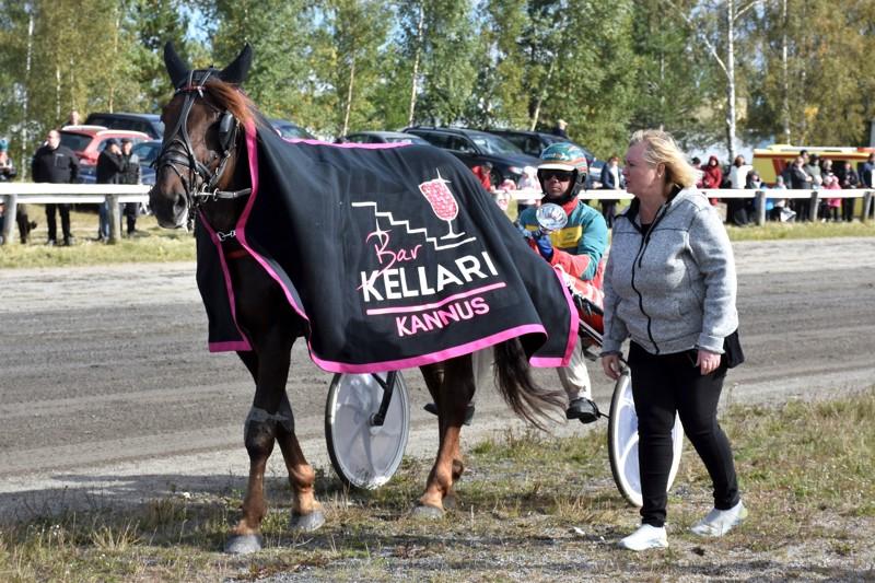 Landen Paukku dominoi! Kirsti Sääluoto luovutti pokaalin ja tuotepalkinnon Jani Suonperälle.