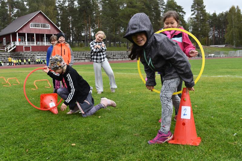 Temppuradalla 2.-luokkalaiset Enni Mäkikangas, Katariina Majuri, Ellen Nurkkala, Inkeri Karvonen, Sara Ritola ja Janna Alakotila.