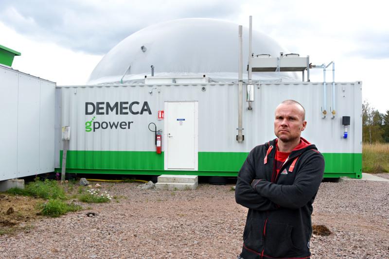 Janne Vuorenmaa on ollut alusta asti mukana kehittämässä haapavetistä, maatilojen tarpeisiin räätälöityä biokaasulaitosta. Ensimmäinen testilaitos vaihdettiin pari vuotta sitten uuteen malliin ja samalla tuotanto kasvoi niin että kaasua riittää liikennekäyttöön myytäväksi.