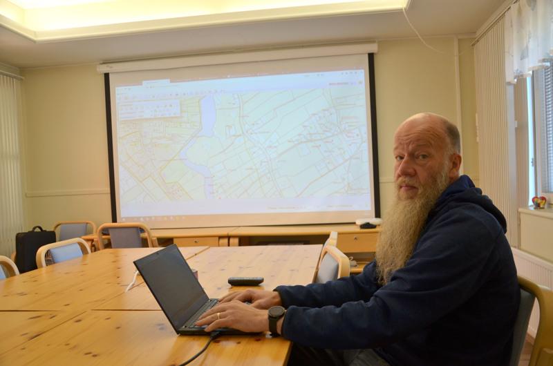 Kaapelia löytyy. Marko Muhonen näyttää KaseNetin ylläpitämän kaapeliverkoston, jota on maan alla noin 1000 kilometriä.