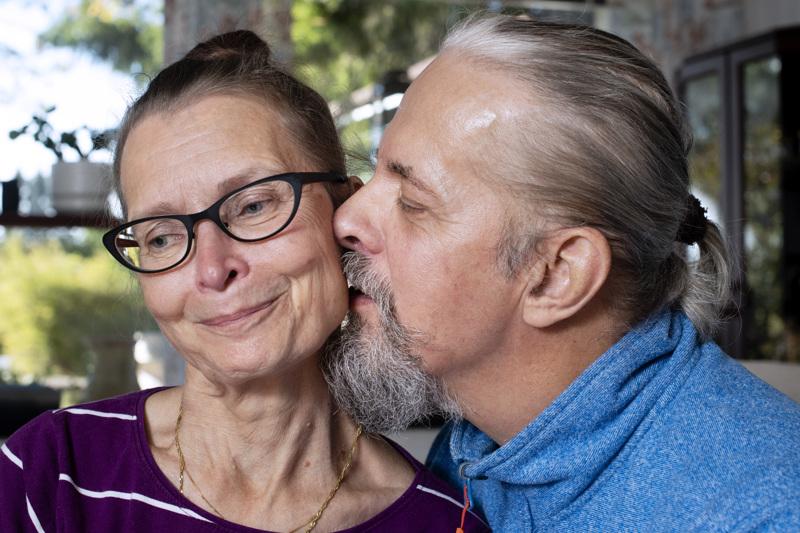 Rakkaus on sanoja ja tekoja. Tarja Linnala ja Harri Korpi nauttivat yhteisestä arjesta Kalajoella.