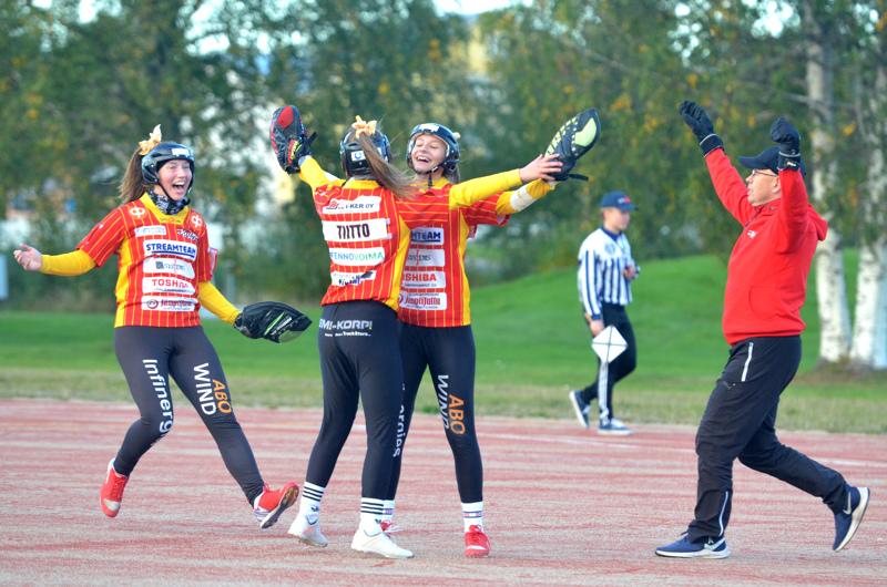 Viimeinen palo on taululla ja Kuulan nousu on varmistunut. Sitä juhlivat Eerika Vierimaa, Odessa Tiitto, Meeri Seppälä sekä pelinjohtaja Toni Seppälä.