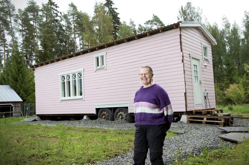 Sanna Karppinen valitsi Villa Vanamon ulkovuoren väriksi lempivärinsä vaaleanpunaisen. Rautaisen lavetin päälle rakennettu talo on siirrettävissä, vaikkakin siirto vaatii enemmän ponnisteluja kuin asuntovaunun. Minitalon mitat alittavat erikoiskuljetuksen mitat ja talo liikkuu traktorin vetämänä.