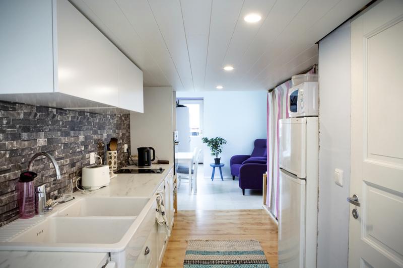 Näkymä minitalon eteisestä. Kompaktista keittiöstä löytyy kaikki tarvittava ja lähes kaikki keittiökalusteet on hankittu käytettyinä.