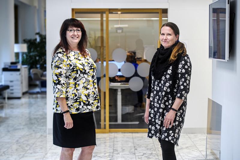 Keski-Pohjanmaan Osuuspankissa aiotaan yhdistää hyvät käytännöt etä- ja lähitöistä. Hybridimallin raameja mietitään sekä OP-ryhmässä että paikallisesti.  HR-johtaja Jaana Lillia ja asiakkuusneuvoja Minna Haasala tuntevat etätyön tuoman muutoksen.