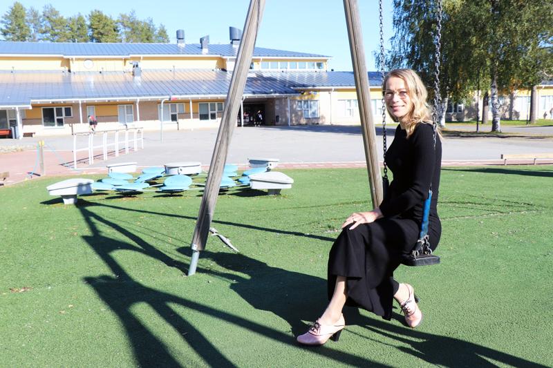 Juhlapuheen pitänyt Katja Sorri on valmistunut taustalla näkyvästä Perhon lukiosta vuonna 1994.