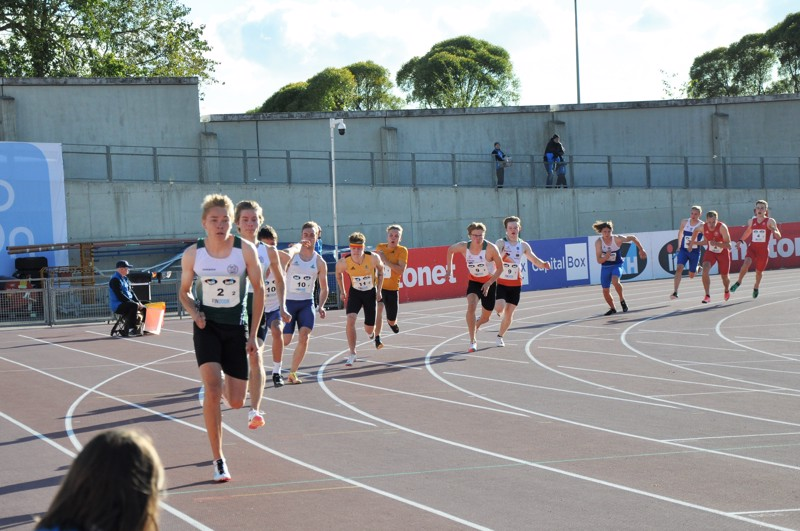 Kahdeksatta rataa juokseva Drottin Adrian Björkgren tuo ensimmäisessä vaihdossa kapulan Oscar Grannakselle. Viidettä rataa juoksevan Virin Tomi Simonen ojentaa kapulan Samuli Takkuselle