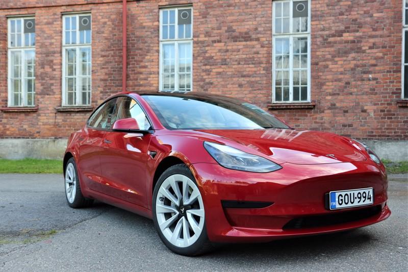 Teslan aerodynamiikka on hiottu huippuunsa, ja se näkyy kulutuslukemissa. Punaisen erikoisvärin lisähinta autossa on 2300 euroa. Perushintaiset autot ovat aina valkoisia.