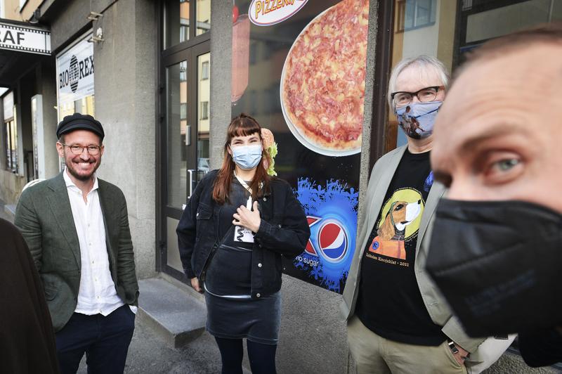 Elokuvaohjaaja Juho Kuosmanen, Laura Airola, elokuvakriitikko Hannu Björkbacka ja näyttelijä Jarkko Lahti menossa Hytti Nro 6 ennakkonäytökseen.