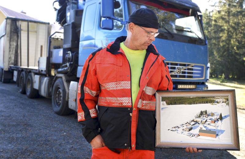 Juha Huhtalalla on kädessä valokuva siitä, mitä hänellä kerran oli maanviljelijänä Haapajärvellä.