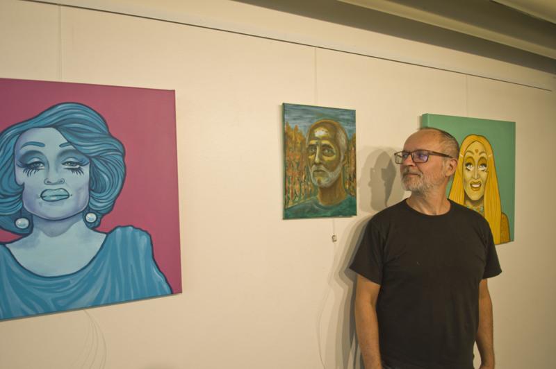Neljä kertaa Tatu Vuolteenaho, omakuva ja kaksi serkun tekemää maalausta.