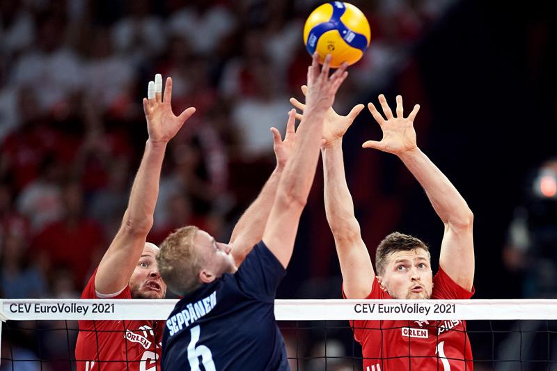 Puolan Bartosz Kurek (vas.) and Piotr Nowakowski verkolla vastassaan Suomen joukkueen Niklas Seppanen (C), kun Gdanskissa pelattiin lentopallon miesten EM-kisojen välieräpeli.