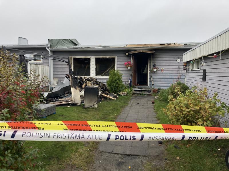 Pietarsaaressa Permontiellä sijaitsevassa rivitalossa syttyi sunnuntai-iltana tulipalo. Asukkaat evakuoitiin ja yksi huoneisto tuhoutui täysin.