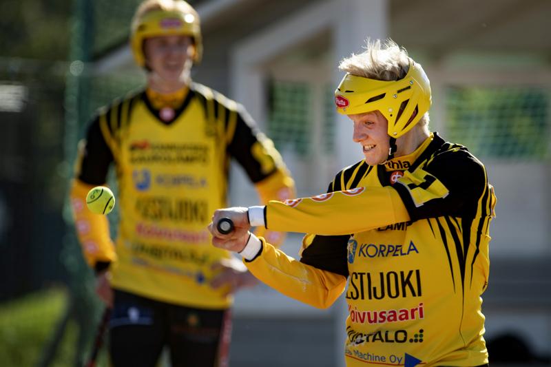 Vielä heinäkuussa Severi Tikkakoski pelasi Kannuksen Urassa. Nyt Tikkakoski pelaa Suomen mestaruudesta Manse PP:n paidassa.