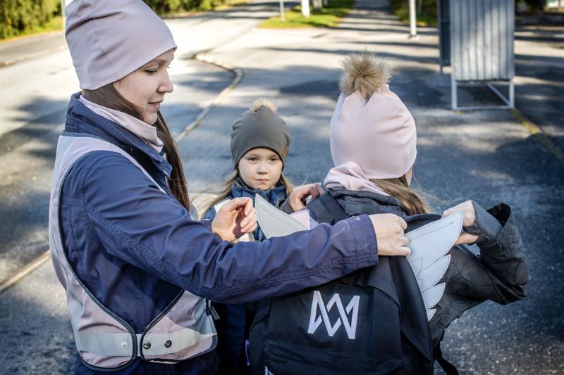 Elina Varilan tyttäret Milla ja Nea käyttävät mielellään äidin suunnittelemia ja valmistamia heijastinliivejä.
