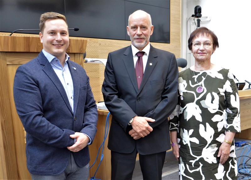 Ylivieskan valtuustossa puhetta johtavat seuraavan nelivuotiskauden Mikko Korkeakoski, Markus Jaatinen ja Kaisa Haapakoski. Puheenjohtajistoon kuuluu myös Maria Sorvisto.