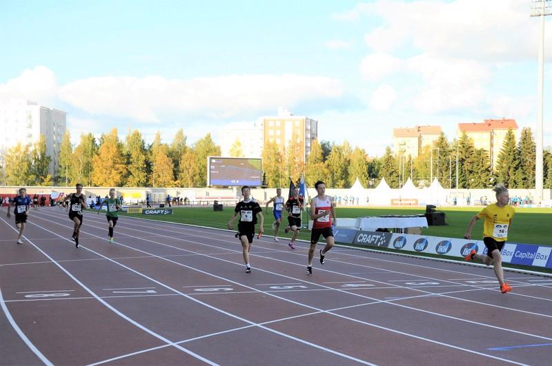 Lahden Ahkeran Santtu Kokkonen ankkuroi joukkueensa 15-vuotiaiden 4x100 metrin Suomen mestariksi. Toiseksi kirii Esbo IF:n ankkuri Jonathan Österholm ja kolmanneksi HKV:n Henrik Lounela. Kakkosrataa juokseva VetU:n Oskari Tikkakoski tuo kapulan maaliin neljäntenä.