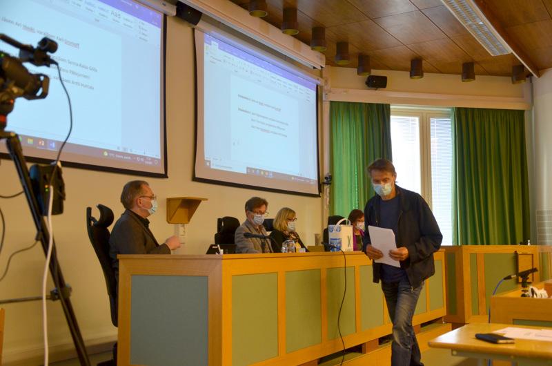 Nyt äänestettiin Korpelan Voiman valtuustopaikoista. Vaalilautakunnan puheenjohtajalla Harri Mäki-Petäjällä on pitänyt kiirettä uuden valtuuston ensimmäisissä kokouksissa.