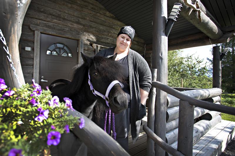 Jenni Siermalan työparina toimii kolmevuotias Riesa-shetlanninponi, jolle ei ole homma eikä mikään kivuta kotieläinpiha Hulivilin kahvilan terassille.