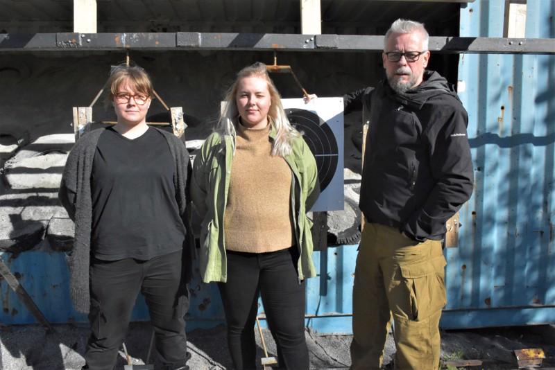 Linnea Envall (vas.) ja Jenny Strandvall toimivat maastokurssin kouluttajina, Kari Rönnqvist opettaa ammuntaa. Tavoitteena on jakaa ajanmukaista tietoa ja samalla eväitä päätöksenteon pohjaksi naisten vapaaehtoisesta asepalveluksesta kiinnostuneille.