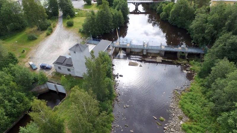 Pirttikosken voimalaitos on rakennettu vuonna 1918 ja laitosta uusittiin vuonna 1995. 40-luvulle saakka voimalaitoksen sähköntuotanto riitti kaikkiin Kaustisen talouksiin.