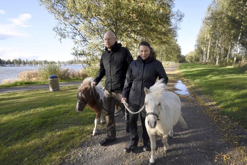Ässä (vas.) ja Milo ovat tuttu näky Potin rannan lenkkipoluilla. Mia Försti ja Petri Santalo lenkittävät niitä kolme neljä kertaa viikossa.