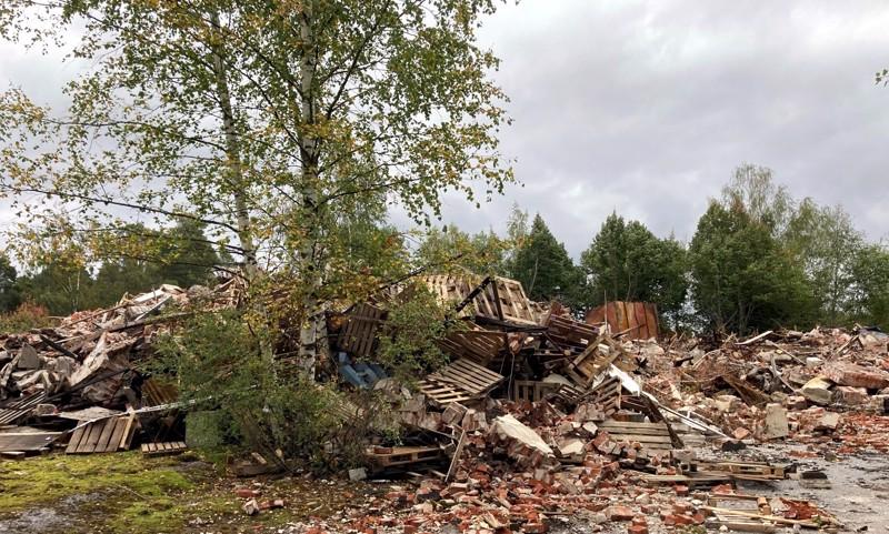 Tulipalon jälkeen Pohjanmaan Lihan entinen tehdasrakennus jyrättiin maan tasalle, ja jäljellä on vain jätekasa.