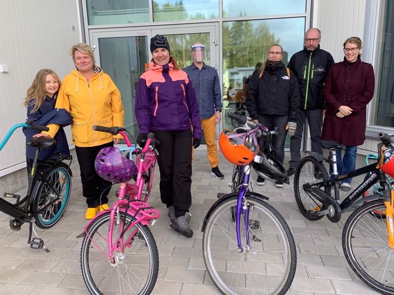 Ykspihlajan vanhempainyhdistys hankki polkupyöriä ja muutaman kypärän koululle. Aamu Keskikuru, Liisa Mäkelä, Heidi Keto-Tokoi, rehtori Petri Kettu, Tuire ja Marko Saari sekä Airi Salmela.