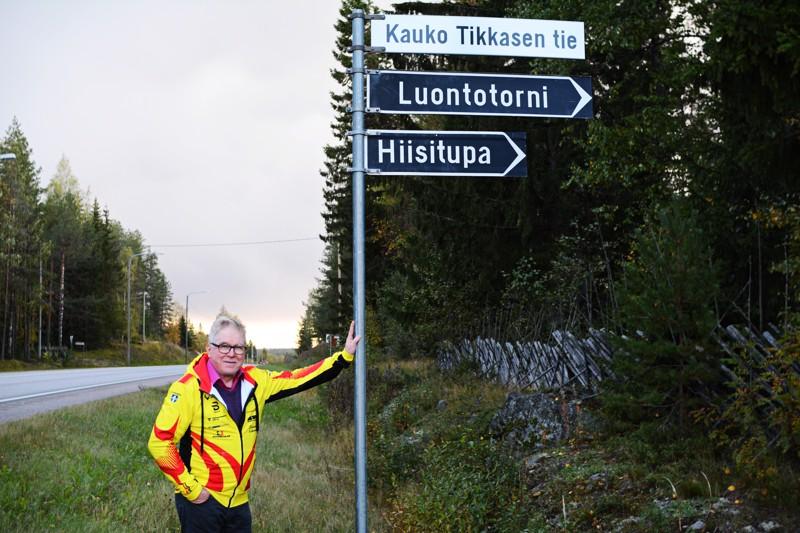 Kauko Tikkanen tiensä liittymässä Nelostien varrella.