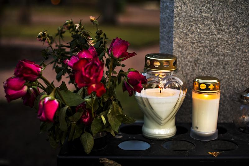 Melkein aina saavat kukat ja kynttilät sentään olla haudoilla kaikessa rauhassa.