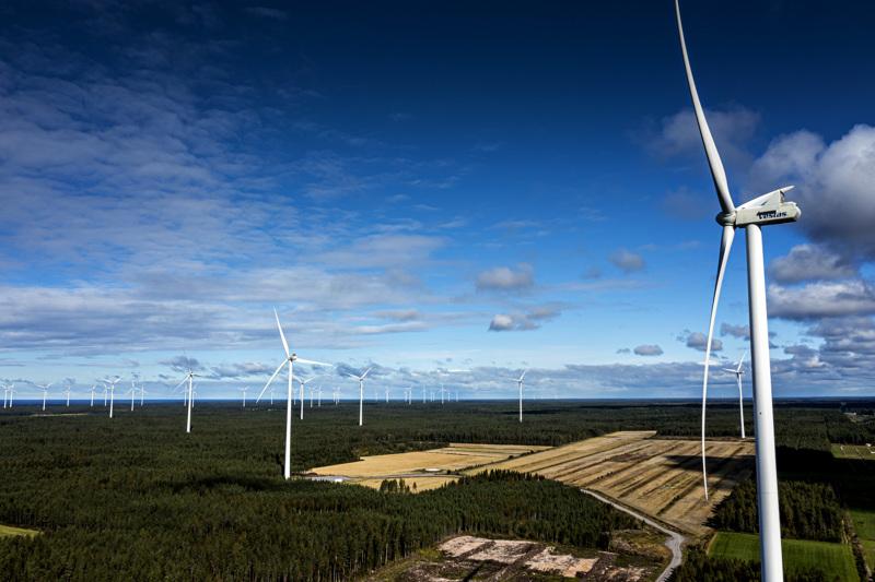 Tuulivoimalat muuttavat radikaalisti perinteistä maalaismaisemaa, mutta myös vaikuttavat ihmisten välisiin suhteisiin maaseudulla.