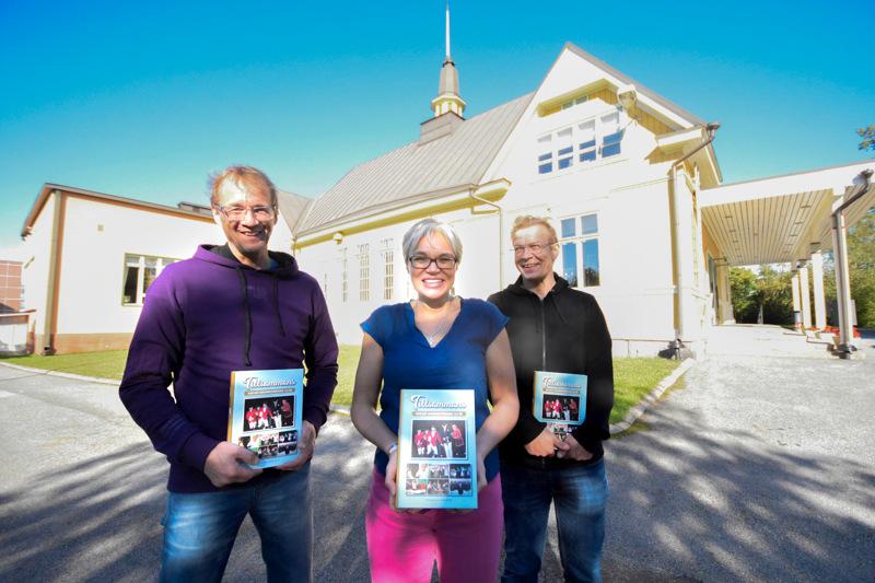 Henrik Forslund, Harriet Jossfolk-Furu ja Jan Molander esittelevät tuoretta historiikkia.