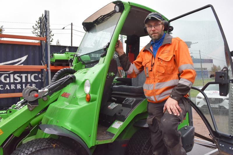 Heikki Ahola osallistuu maatilan töihin vielä aamu- ja iltalypsyjen verran, mutta keskittyy muuten oman rakennuspalvelun pyörittämiseen.